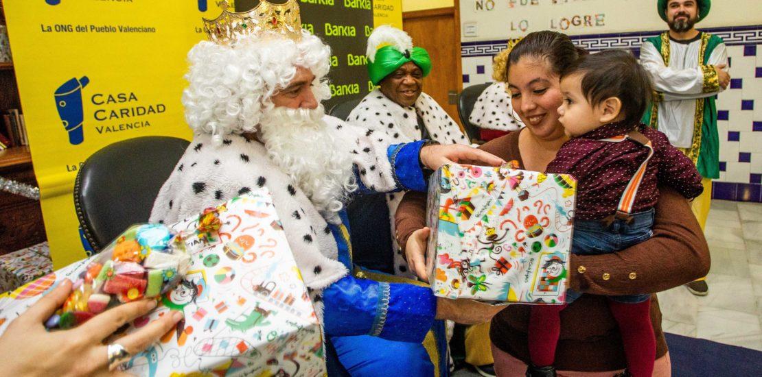 Entrega de los juguetes de los Reyes Magos a los niños atendidos por Casa Caridad