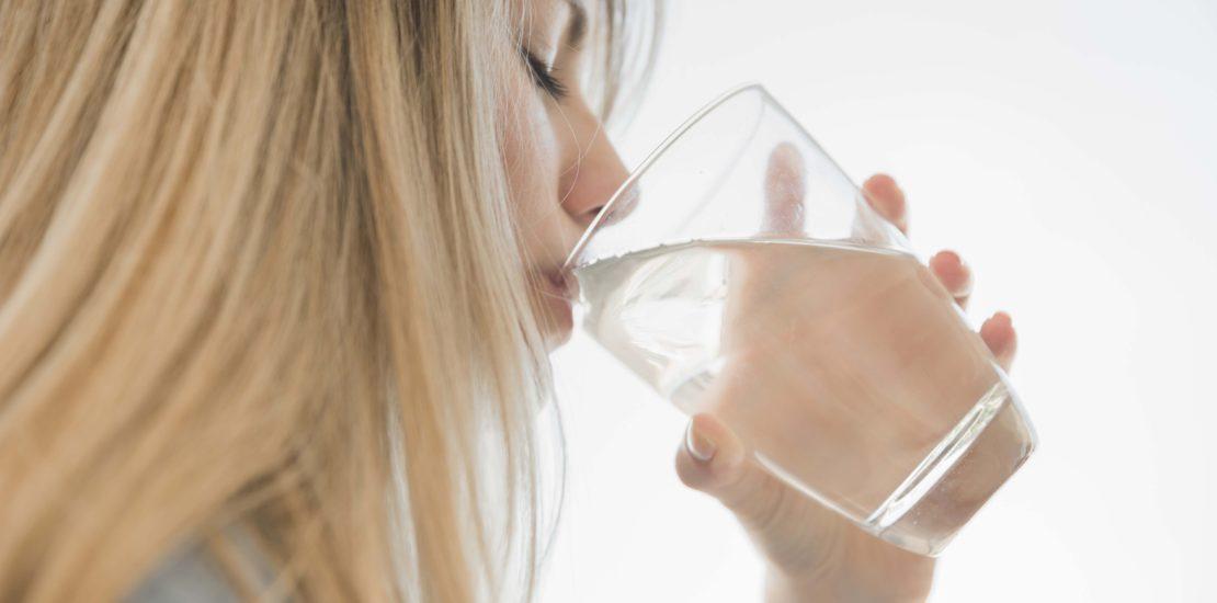 Para mantenerse hidratado basta con beber agua